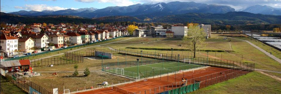 Футболно игрище и тенис кортове